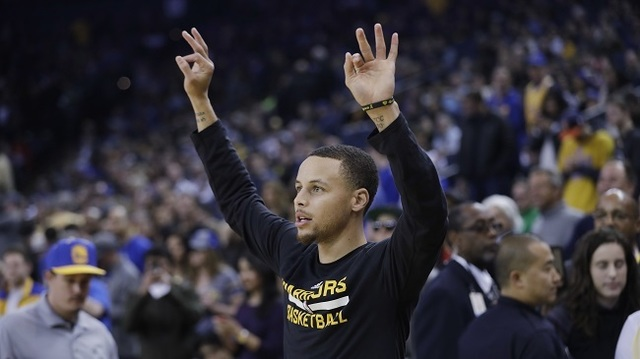 Watch: Steph Curry ignores timeout game plan, helps fan win $5,000